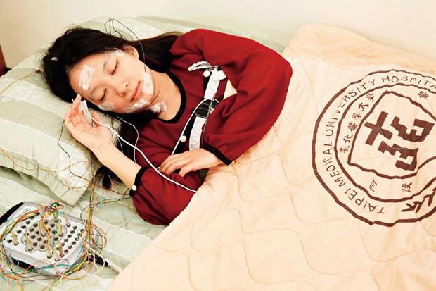 睡前伸展+腹式呼吸,找回一夜好眠