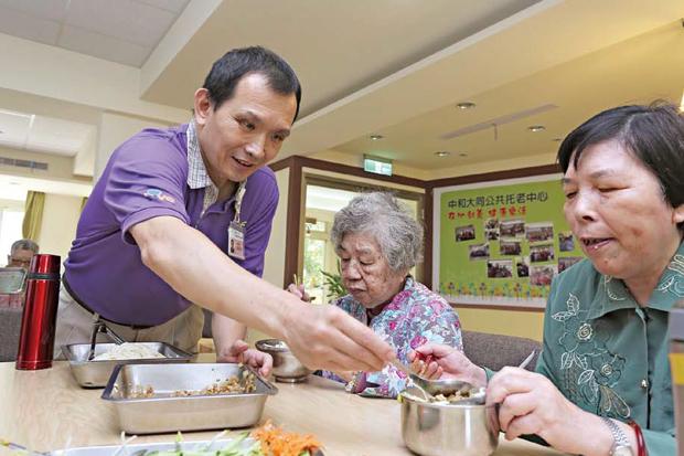 10年服務上百家庭,61歲樂當銀髮保母