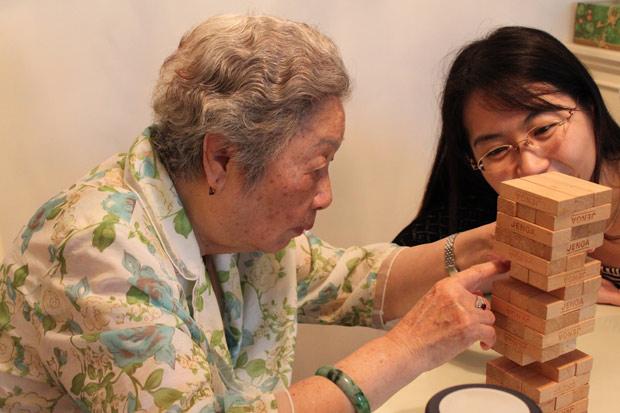 藝術療法〉小團體訪談 專人協助引導