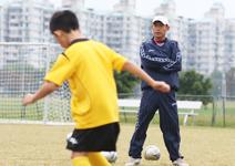 教踢球也教品行,合作比贏球更重要