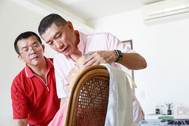 「失智母親是菩薩」 兩兄弟病榻陪伴14年
