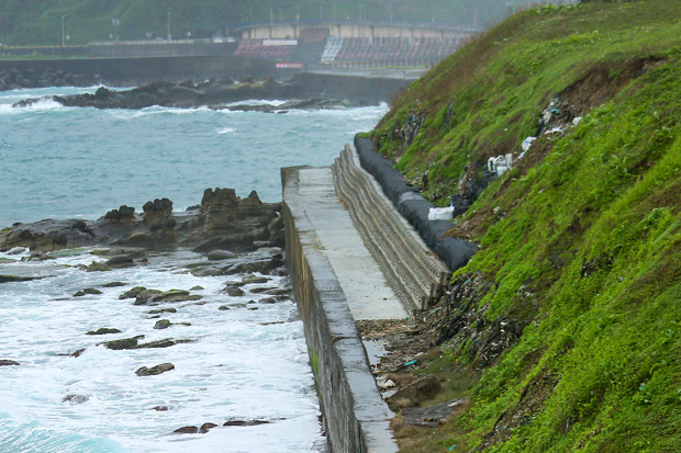 風浪侵蝕「吃掉」海堤  九米高陳年垃圾現形