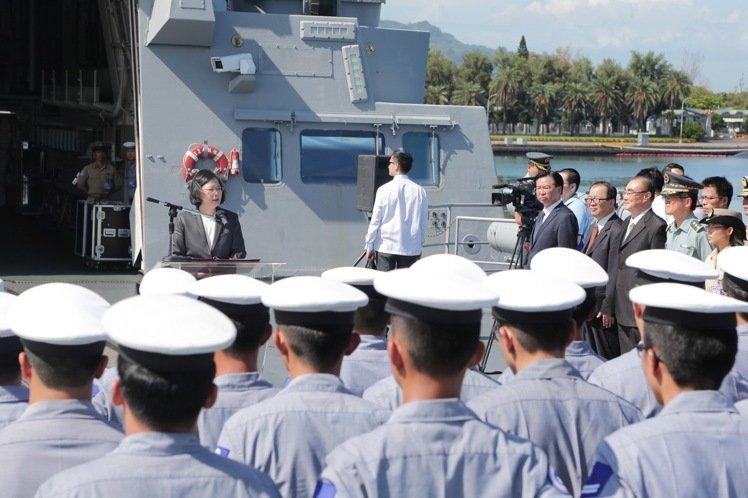 悍衛太平島主權  蔡總統登康定級軍艦宣示決心