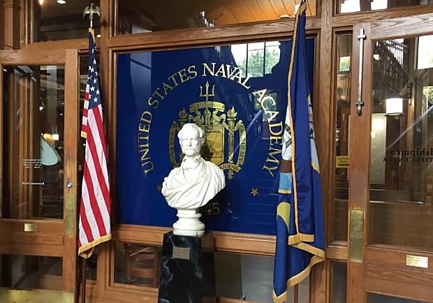 菜鳥不再!美國海軍官校生的「爬油柱」大挑戰