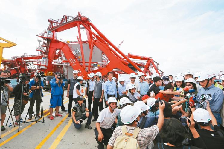 高雄港巨無霸貨輪撞碼頭損10億  航港局回報無災情