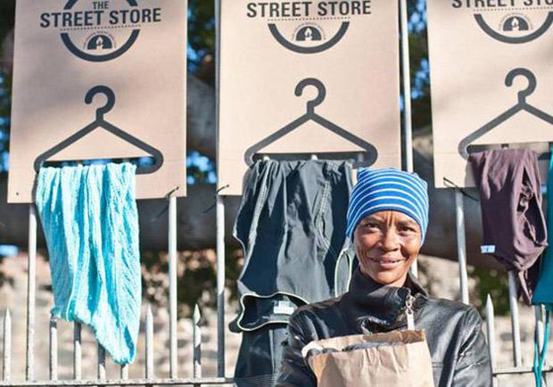 同樣捐出一件衣物給街友,The Street Store送出的是「尊重」而非「施捨」