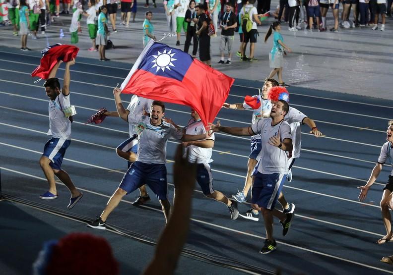 世大運賽事精彩閉幕!各國好手持我國國旗進場