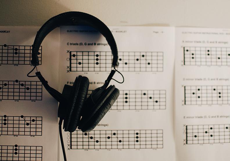歌手藝人是商業音樂的主角