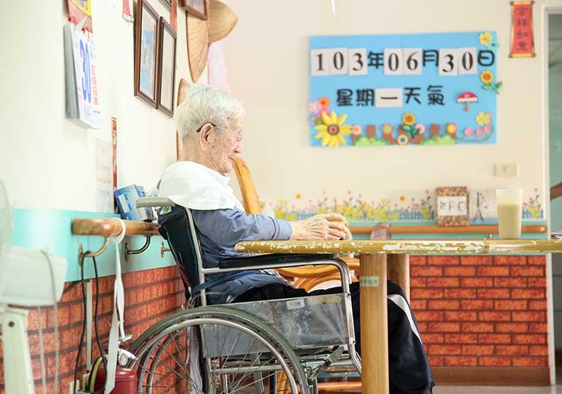 面臨高齡社會長照如何生存? 學者:長遠發展應參考健保經驗