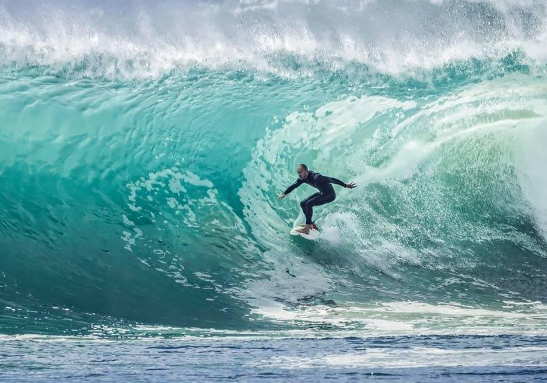 獨創自我的巨浪衝浪手