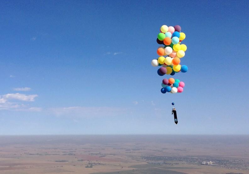 真實版《天外奇蹟》!他成功用氣球翱翔天際