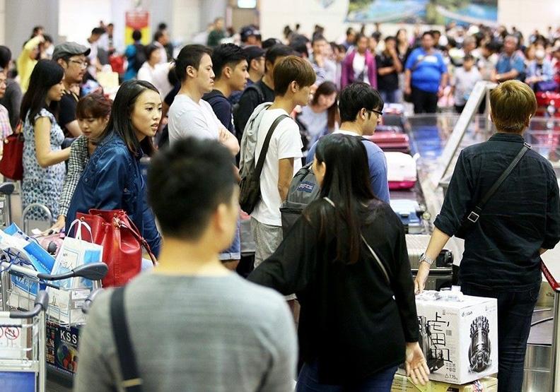 桃機入關、領行李要排1~2小時 外籍旅客:實在恐怖