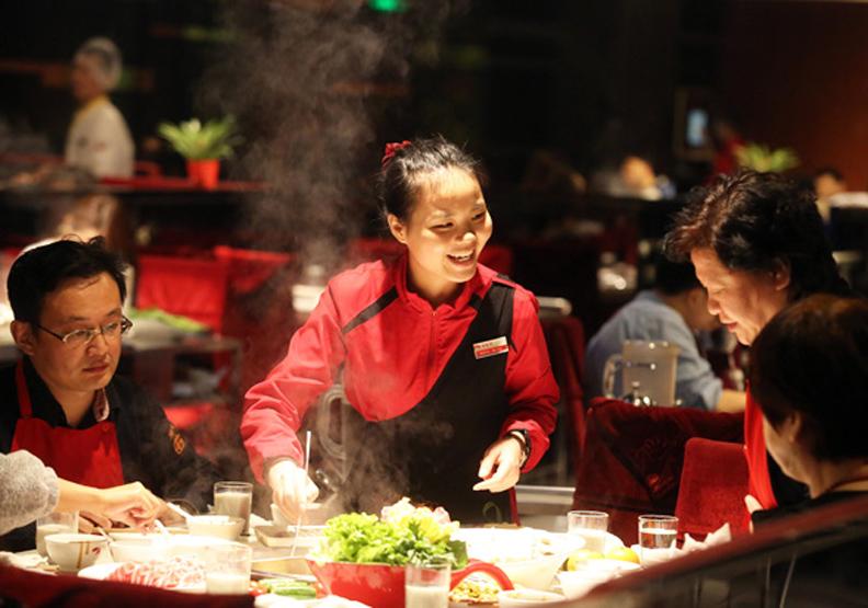 大陸海底撈玩很大,台灣火鍋業者氣炸了