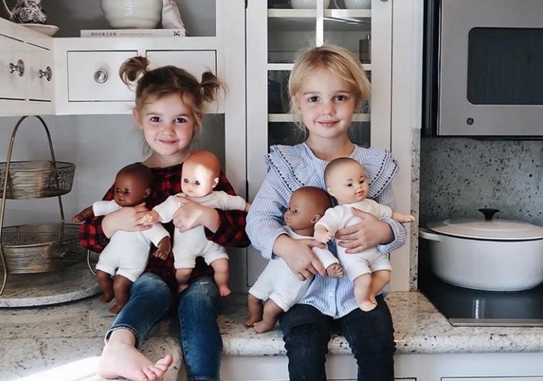 3歲女孩擁有不同膚色的娃娃!媽媽:從小就不應該有歧視