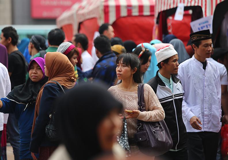 台灣人對東南亞人士,常常不如面對歐美日人士那樣友善。圖為台北車站外籍人士聚會。遠見賴永祥攝