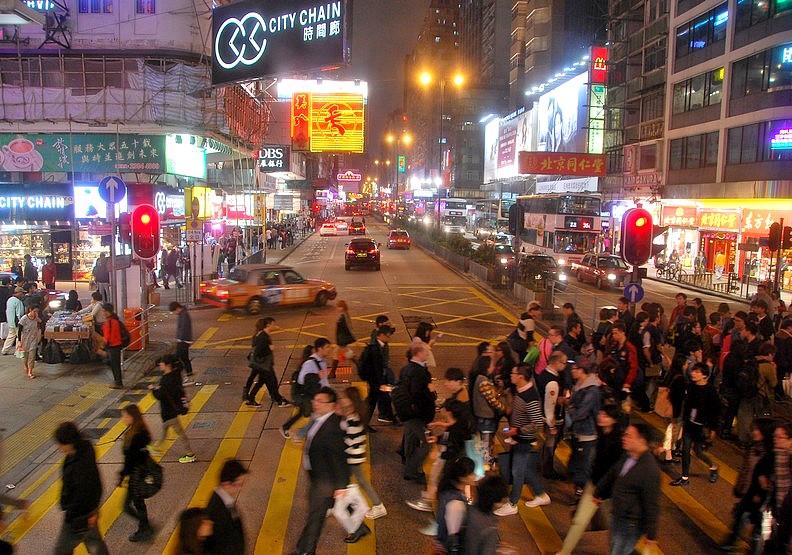 繁榮下的悲歌:「沒錢,真的很難在香港生存。」