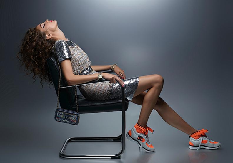 老佛爺貼身皮革椅加持形象照 Chanel春夏前導系列 優雅混搭運動時尚