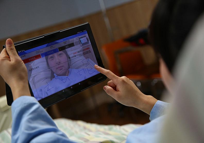 中國附醫智慧病房 滑平板搞定繁瑣程序