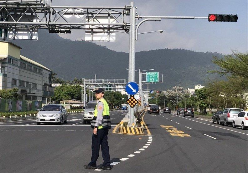 能不感謝嗎?為交通塞爆的宜蘭,員警每天站路口10小時