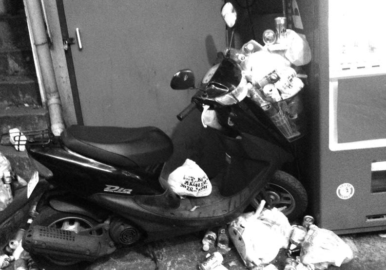 摩托車置物籃裡為何堆滿垃圾?