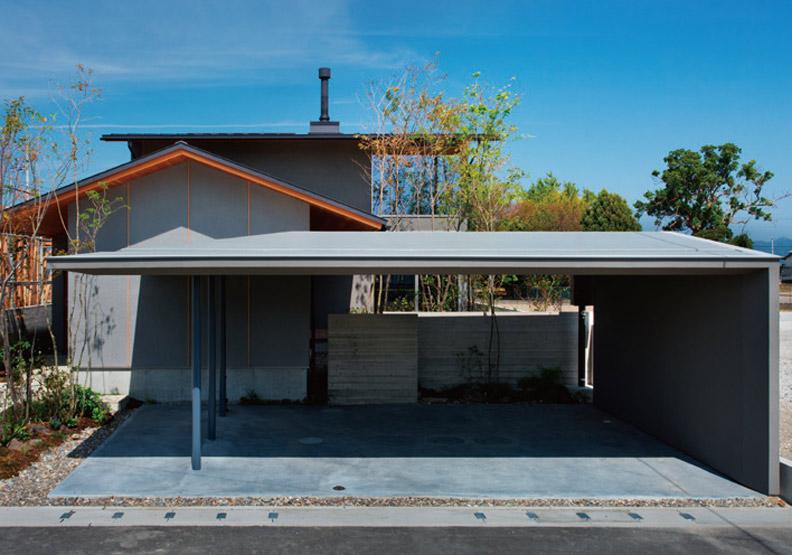 家的綠意景觀:收納座車的優雅車庫