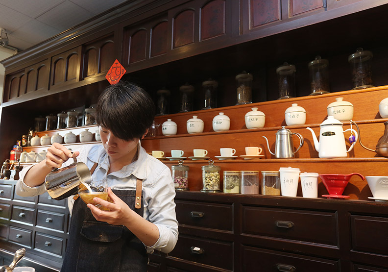 中藥罐混搭咖啡香 下午茶也能養氣補神