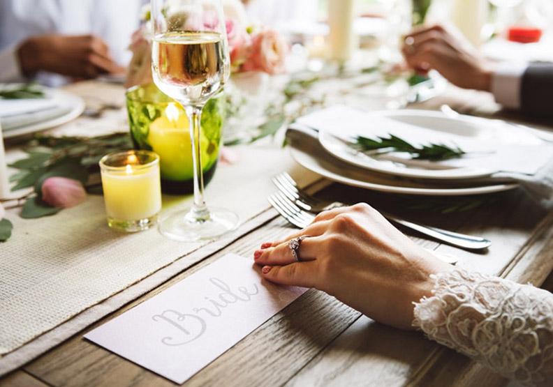 喜宴上不想回答私事,如何「友善」拒絕他人的探問?