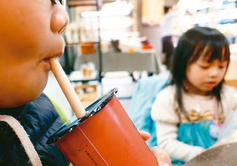 不用中共打過來 一杯珍奶就讓台灣陷「吸管之亂」
