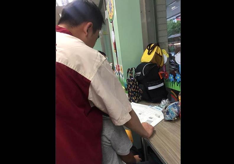 小7店員教男童數學作業 網友直呼根本最強職業