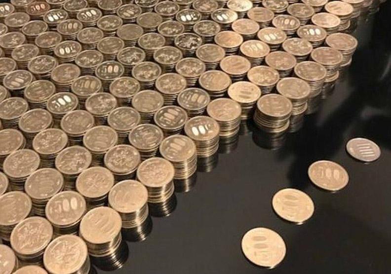 整桌硬幣好壯觀!日男靠3個堅持 五年存百萬日幣
