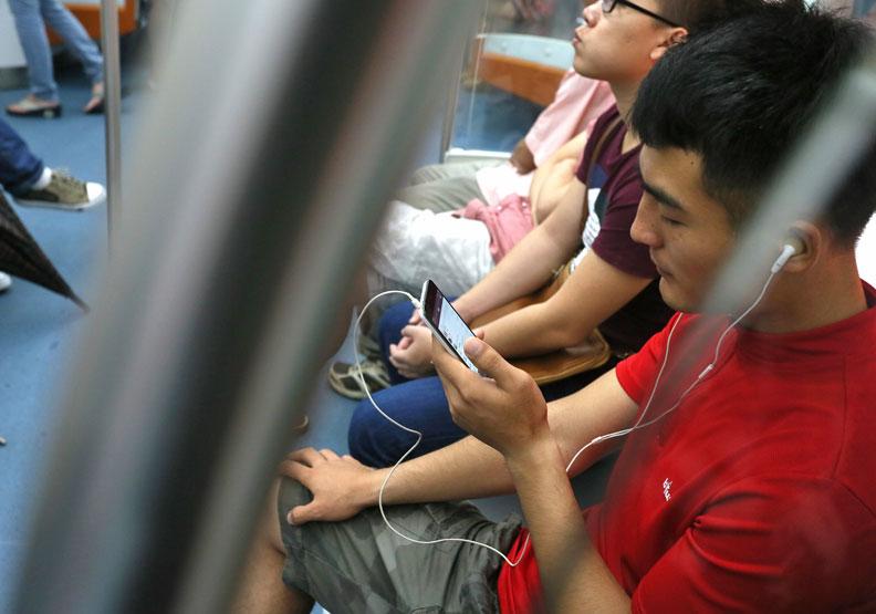 手機出貨量首見零成長 上網時間不減反增