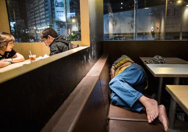 品質差租金又貴:為什麼香港愈來愈多人睡在麥當勞?