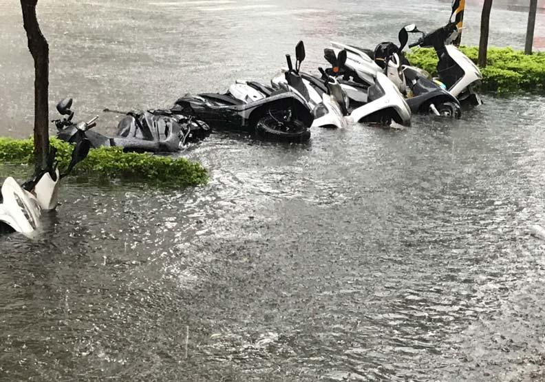 晴天變颱風!高雄民眾驚呼:排水溝變噴泉、機車倒一地
