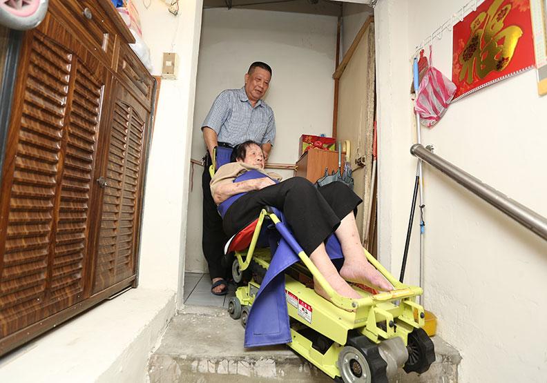 64歲退伍軍人照顧半癱父母12年