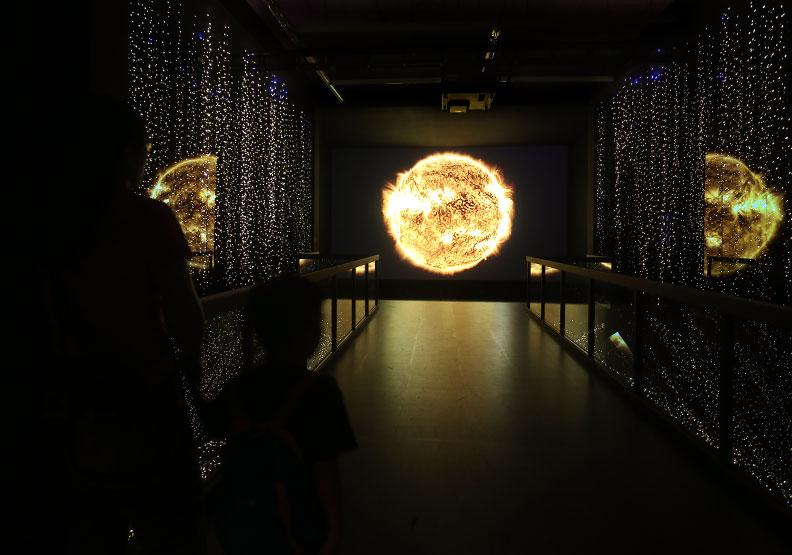 全球最亮8K投影機  台達帶天文迷探索宇宙