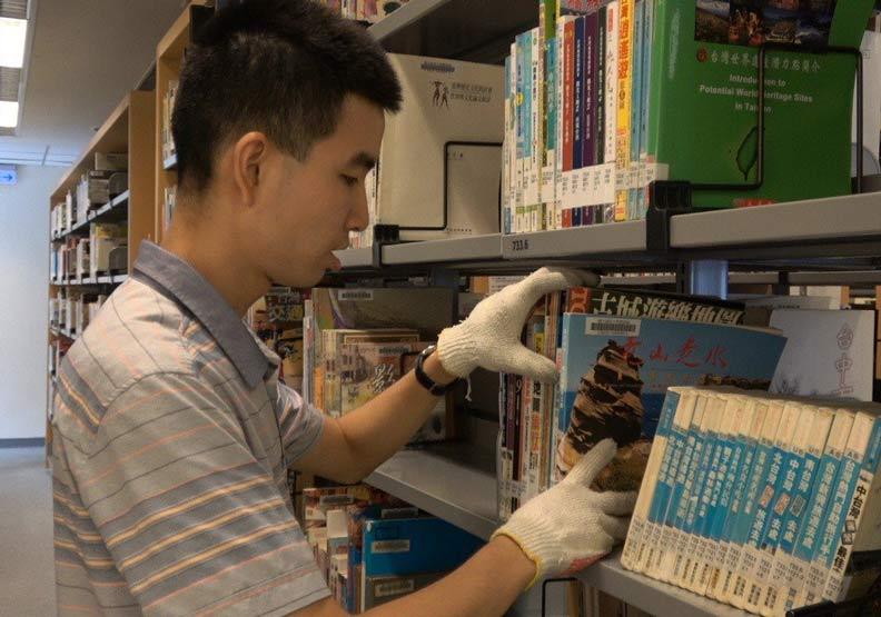 書架整齊到很療癒!他的身心障礙反成工作最大的助力