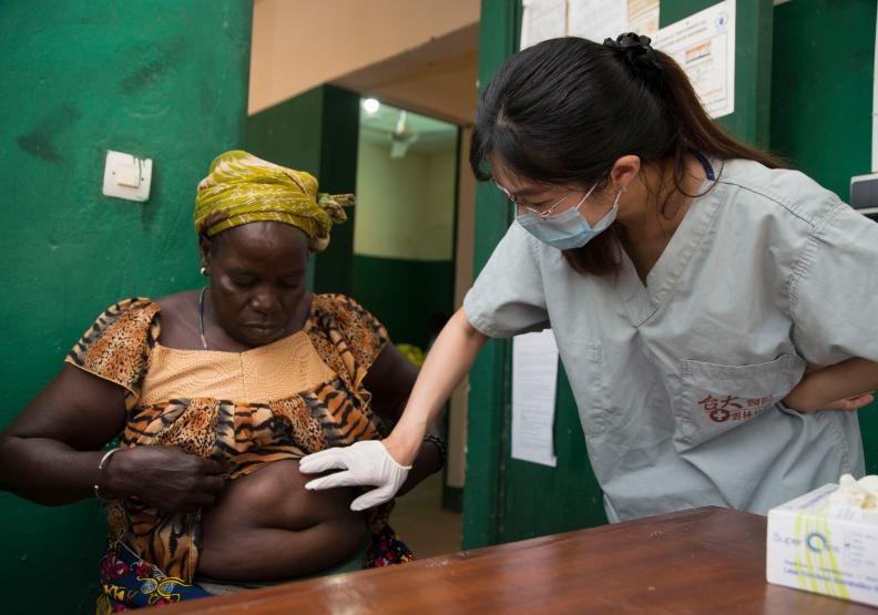走出舒適象牙塔    台灣最年輕援外女醫師在布吉納法索找回醫者初心