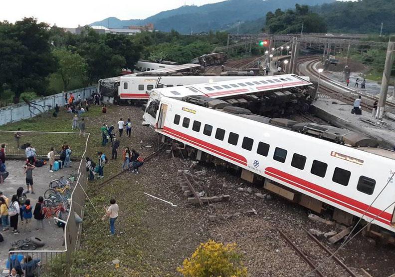 【最新】普悠瑪列車翻覆意外 17人死亡 逾百受傷