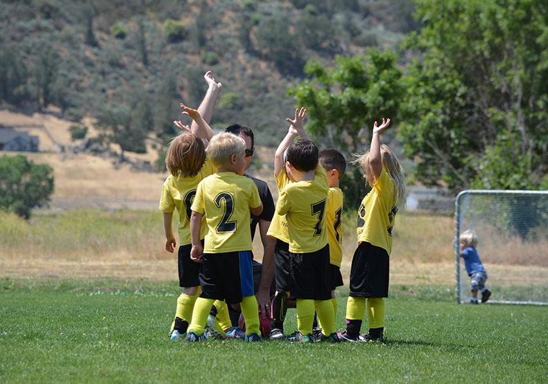 「吃水線法則」:教你如何對孩子負責地放手!