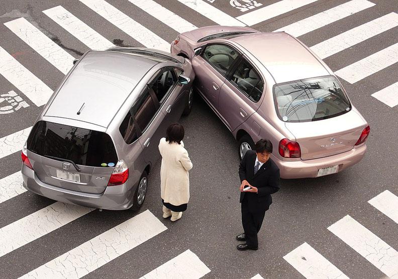 出車禍了,叫警察、找保險的SOP是什麼?