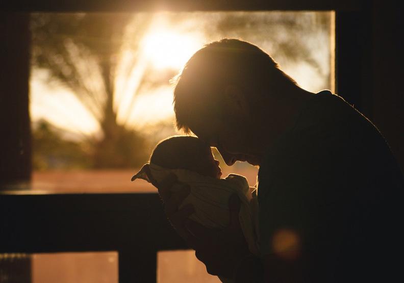那些嚴厲,卻疼惜著孩子的寂寞父親