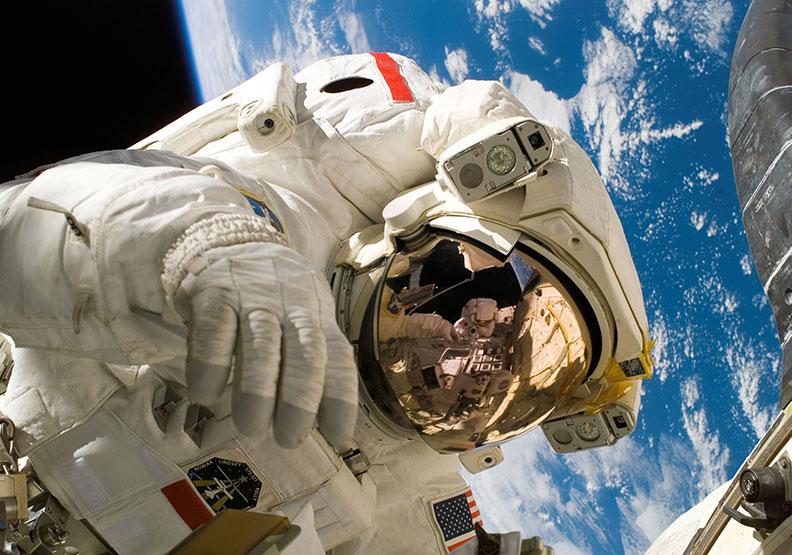 在月球脫下太空衣,會發生比窒息更可怕的事