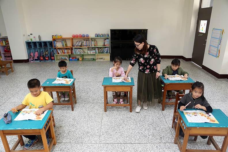 急推雙語政策,是否忽略了偏鄉小學的學習資源能否趕上都會區呢?僅為情境配圖,遠見資料照