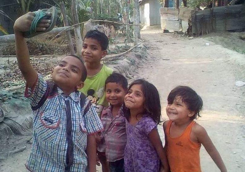 幸福其實很簡單!印度孩子用拖鞋自拍令人動容