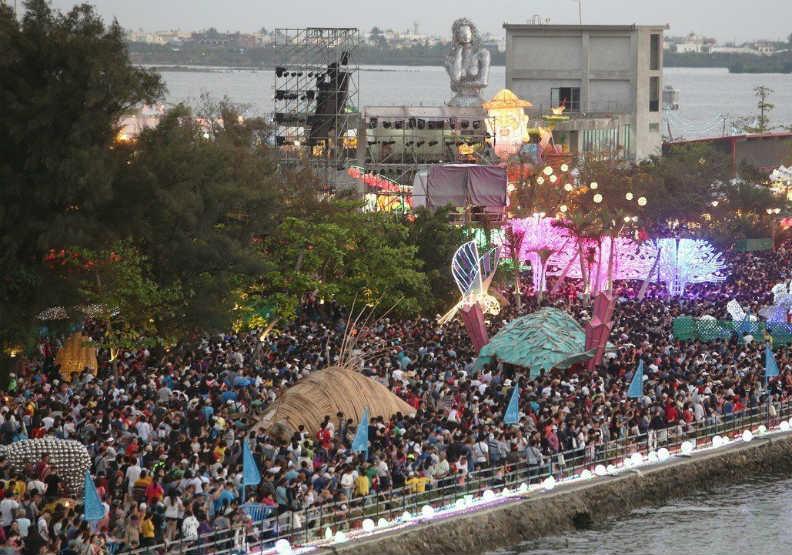 你有去嗎?台灣燈會一天湧進167萬人,兩萬個車位都停滿