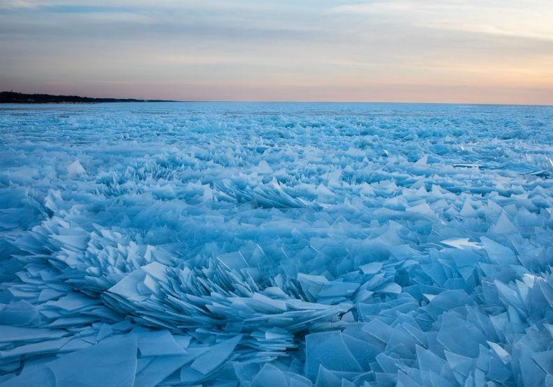 超美場景!湖面淺藍碎冰「像艾莎女王走過」