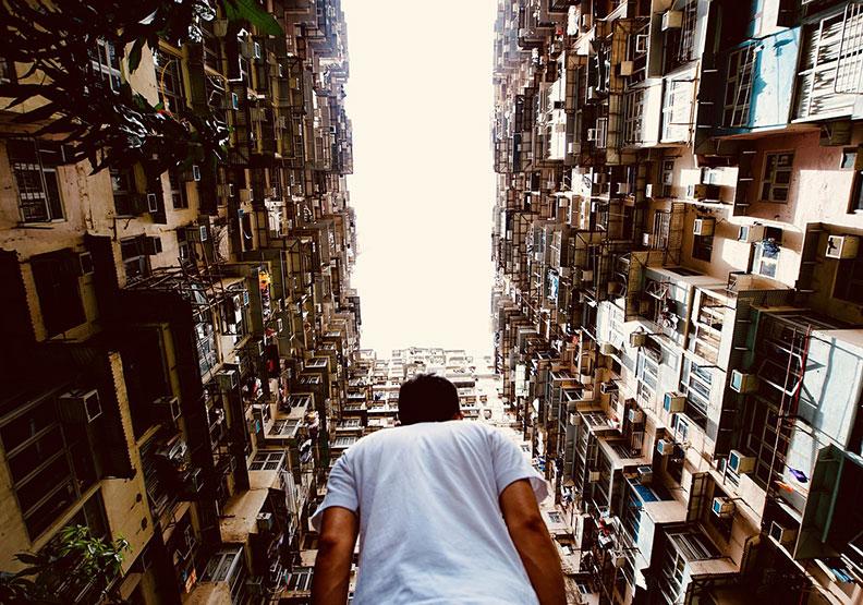 在香港,他孤獨得舒服
