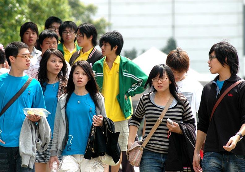 香港某公司開七萬台幣徵「茶水助理」!大學生嘆:讀書沒用