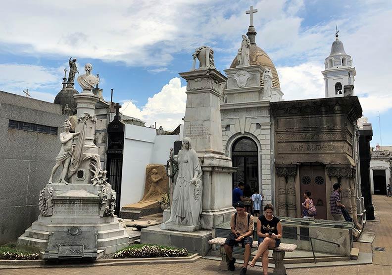 天天爆滿!阿根廷首都觀光第一的繁忙墓仔埔