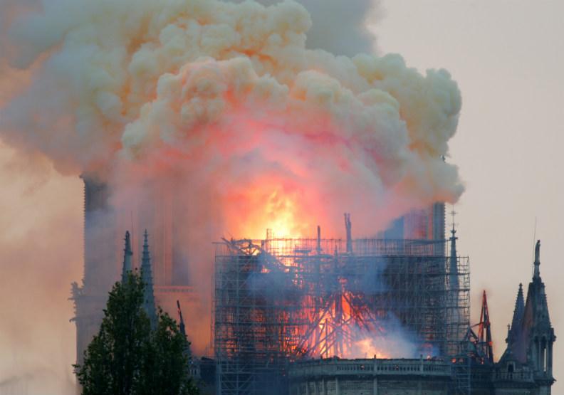 「景象極其駭人」巴黎聖母院大火,燒熔了全法國人的心...